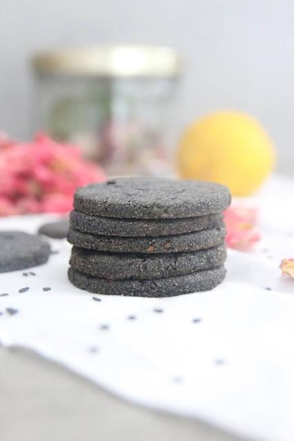 Cuillère et saladier : Sablés à la farine de coco, citron et sésame noir (vegan)