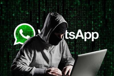 Homem mascarado diante do computador e logo do WhatsApp