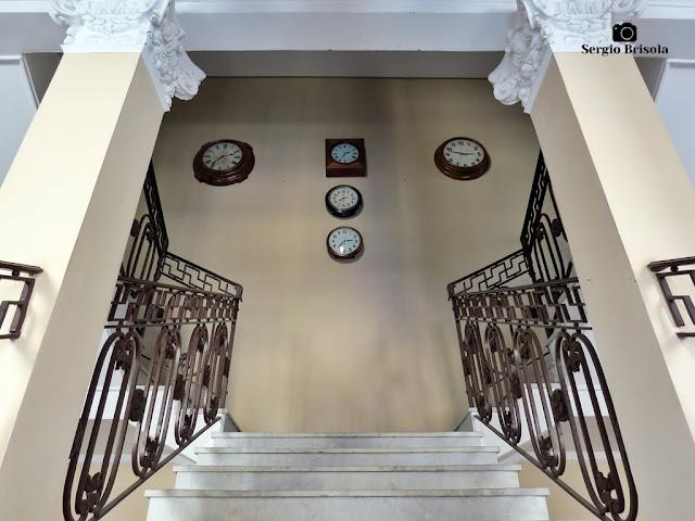 Vista da Escadaria e relógios antigos do prédio anexo do Museu da Energia - Campos Elíseos - São Paulo