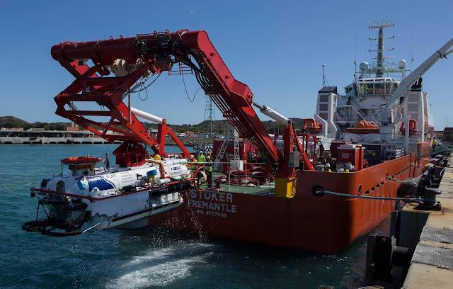 El buque de rescate submarino LR5 se recupera en la cubierta de trabajo del MV Stoker desde la dársena de la Base de la Flota - Oeste después de una prueba de sistemas durante la Ex Black Carillon 2016.
