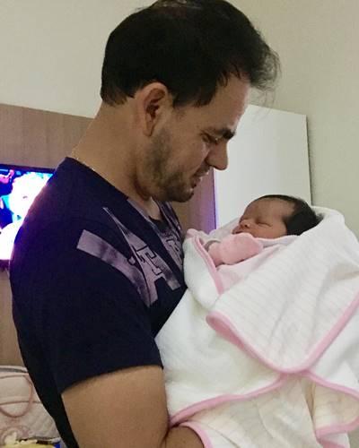 Esposo de Damares com a pequena Antonella no colo
