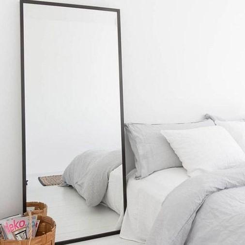 Desain Kamar Tidur Ala Korea Nuansa Putih dengan Cermin