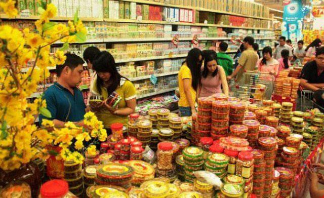 Mọi người đi mua sắm thực phẩm ngày tết đông như đi hội