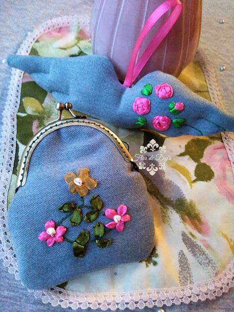 flores-bordadas-con-liston-en-monedero-y-colgante-alas-flor-de-diys