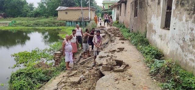 महीनों से टूटा हुआ था सड़क, किसी ने नहीं सुनी गुहार, ग्रामीणों ने खुद थामी सड़क मरम्मत करने की कमान