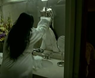 Amy Lee rompiendo un espejo