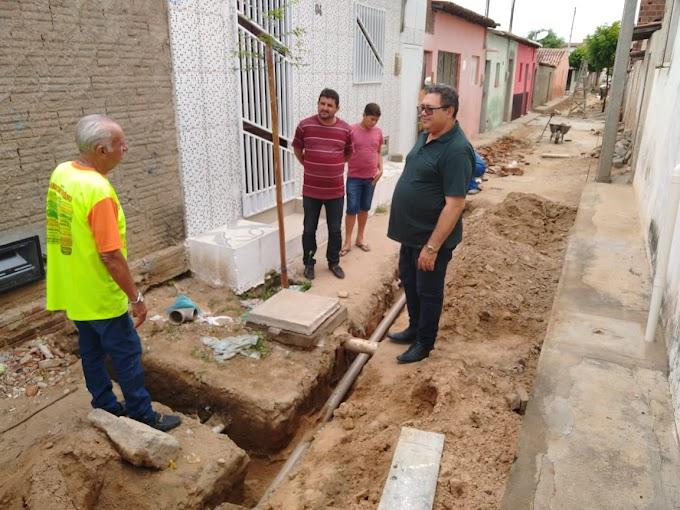 TRABALHANDO: Prefeito Jodoval Pontes visita obra de pavimentação em Japi