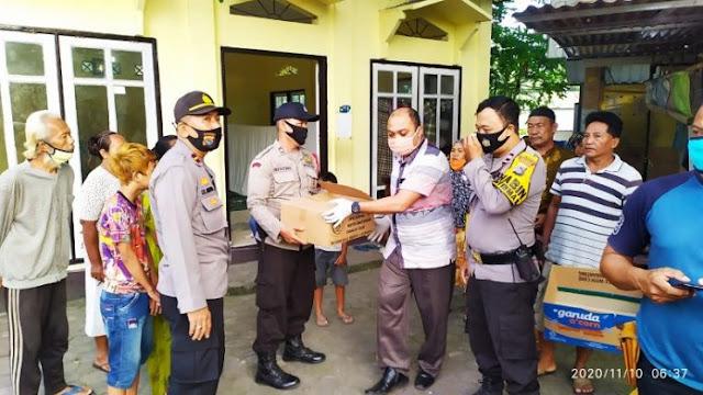 EVAKUASI: Polisi mengevakuasi mayat bayi perempuan yang dibuang di komplek pasar Karang Sukun