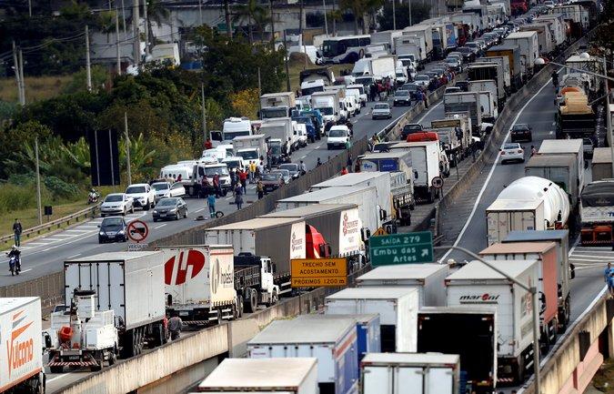 Projeto anistia multas de motoristas de ônibus e vans que participaram da greve de caminhoneiros