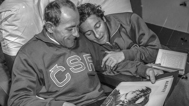 Foto em preto branco mostrando Emil Zátopek e Dana Zátopková, já idosos com agasalhos esportivos