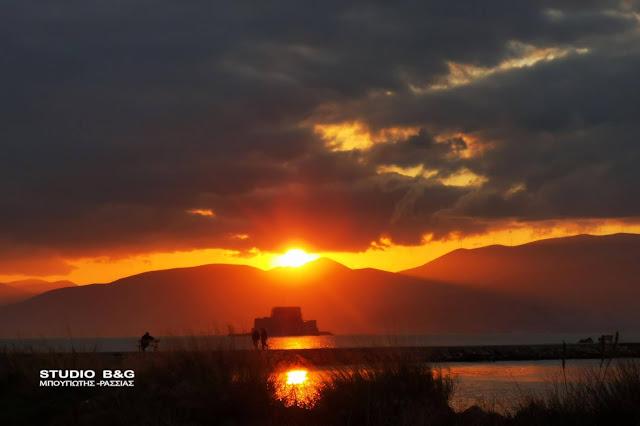 Το ρομαντικό ηλιοβασίλεμα του lockdown στο Ναύπλιο (βίντεο)