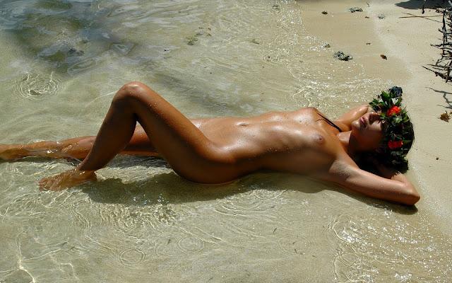 Голая, загорелая, девушка, лежит, прозрачная вода, берег, лагуна