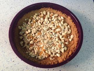 Almendras y naranja al fondo de la tarta