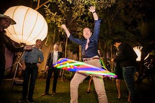 Convidados da festa de confraternização do Consulado Francês em São paulo se divertindo com a animação de Humor e Circo com Bambolê led.