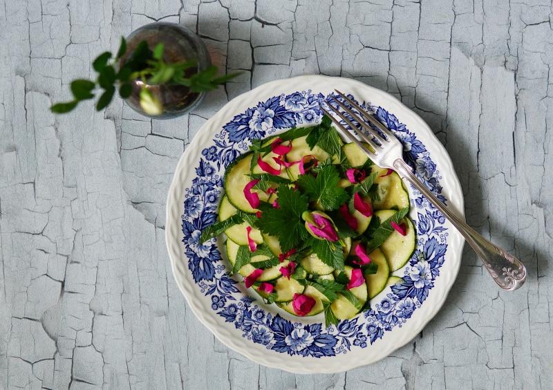 salaatti, kesäkurpitsa, herukanlehdet