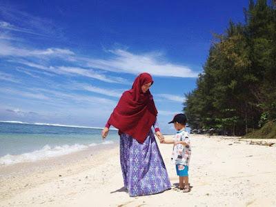 ibu dan anak bermain di pantai laguna kaur bengkulu