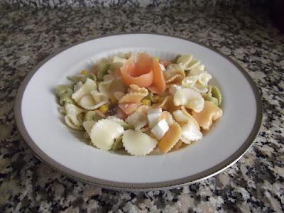 Ensalada de pasta con salmón ahumado
