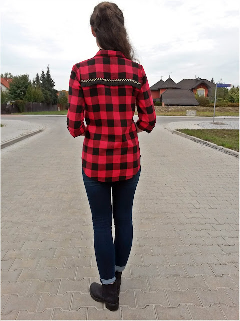 Koszula w czarwono-czarną kratę z frędzlami, jegginsy z podwiniętymi nogawkami, czarne botki,