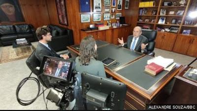 Mendes com repórteres da BBC