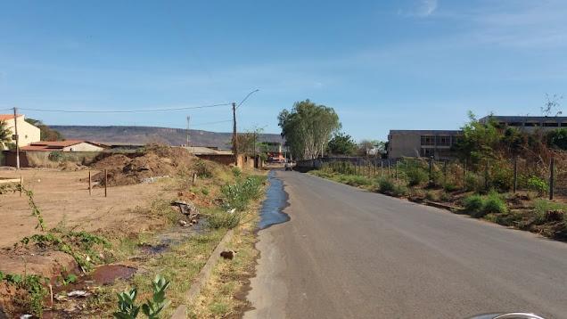 Vazamento em rede de distribuição  da embasa provoca desperdício de água no Bairro Serra do Mimo