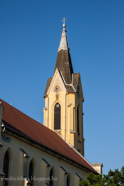 A kübekházi templom tornya egy nyári délután