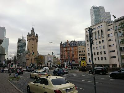 Die Kreuzung am Eschenheimer Turm mit Blick aus Richtung Hochstraße. Im Vordergrund ein Taxi.