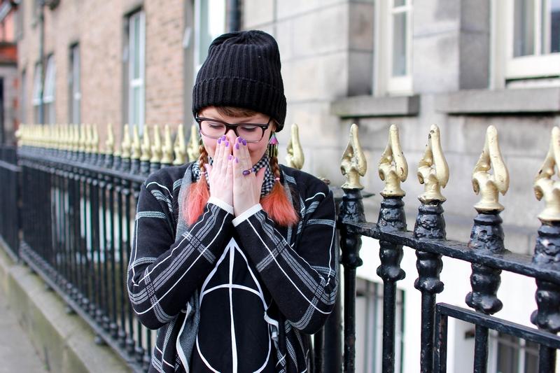 crazy kitch devant une barrière décorative avec un t-shirt des reliques de la mort d'Harry Potter