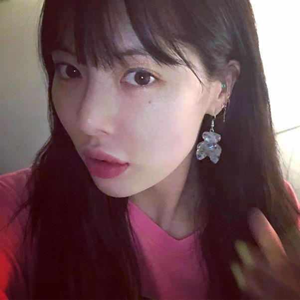 Hyuna dudaklarında dolgu olmadığını, makyaj hilesiyle dudaklarını büyüttüğünü açıkladı