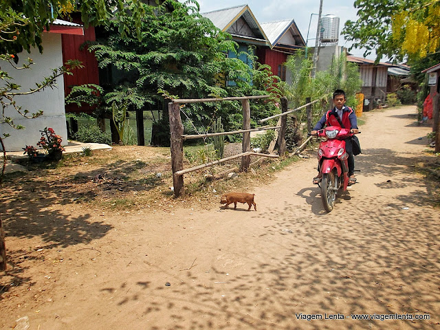"Adolescentes voltando da única escola da ilha pela ""avenida"" principal de Don Det"