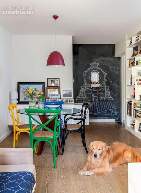 decoração-mesa-redonda-com-cadeiras-de-varias-cores