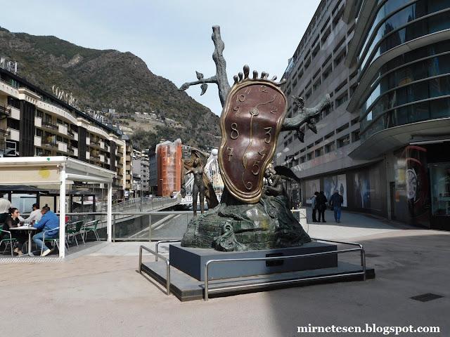"""Андорра-ла-Велья - скульптура по мотивам картины Сальвадора Дали """"Растёкшееся время"""""""