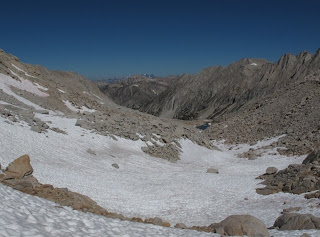 Die Nordseite von Gabbot Pass; ganz im Hintergrund sind Mount Ritter und Banner Peak zu erkennen