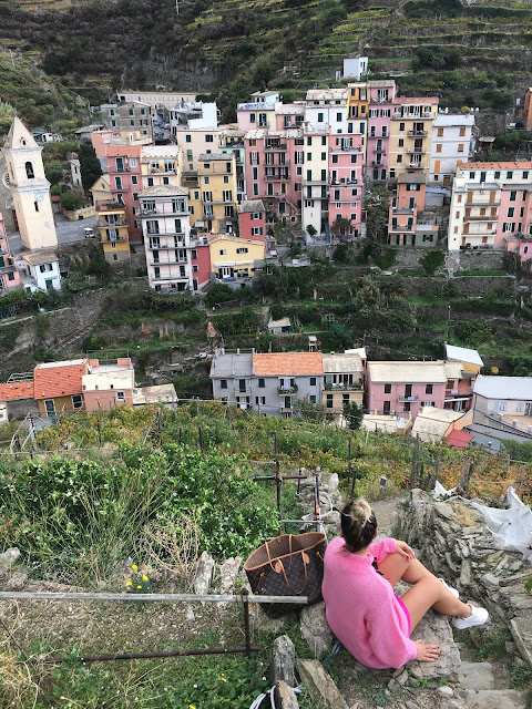 pink outfit, Italian coast, cinque terre, travel blogger, travel to cinque terre, fashion blogger, fashion blogger in italy, where to travel in italy, best fashion and travel blogger, fashion blogger on budget