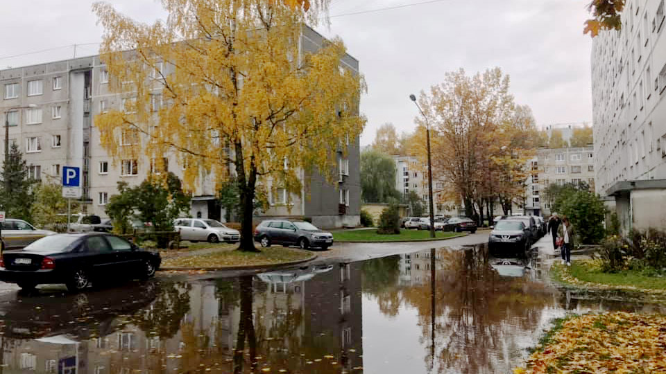 Intensīva lietus rezultātā applūst iekšpagalms Kurzemes prospektā