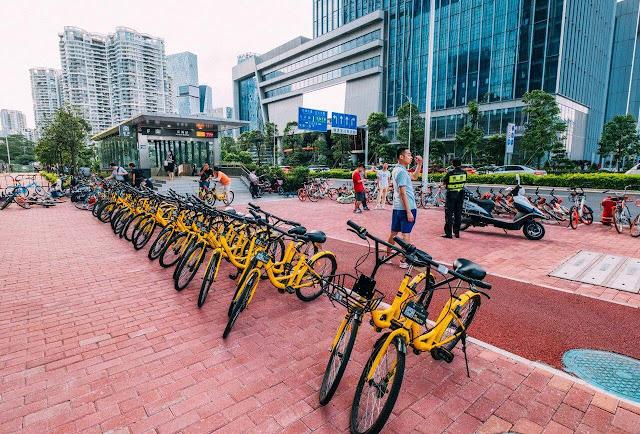 Là đất nước có dân số đông nên việc Nhật Bản hạn chế xây dựng những bãi đỗ xe là điều có thể hiểu được. Bên cạnh đó chính phủ cũng mong muốn người dân tham gia vào chiến dịch bảo vệ môi trường dài hạn. Vì vậy, xe đạp trở thành phương tiện chủ yếu để di chuyển trong phạm vi thành phố và bạn hoàn toàn có thể sử dụng miễn phí để tham qua các trung tâm thương mại, ga tàu hỏa và một số điểm du lịch khác ở Nhật Bản.