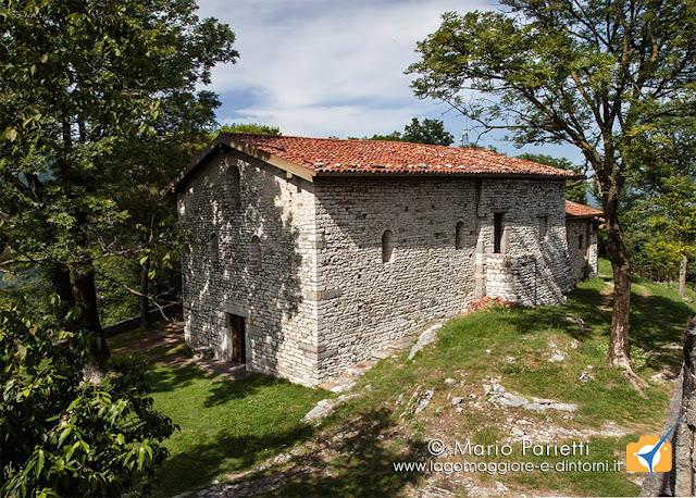Vista panoramica esterna della chiesa di san Clemente a Caravate