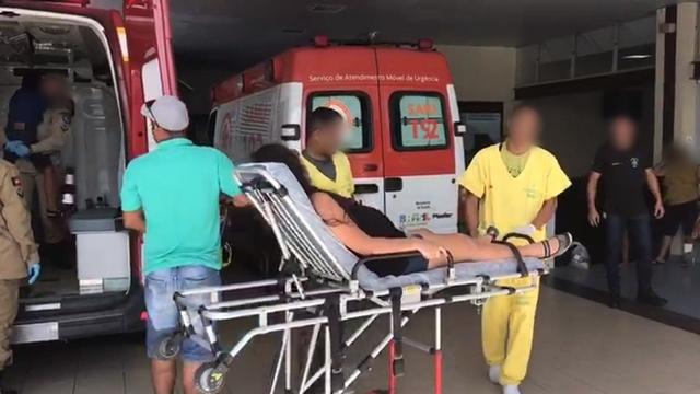 Colisão entre carro e viatura da PM deixa três pessoas feridas, na Paraíba