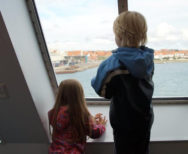 Bornholm mit Kindern im Herbst. Teil 1: 10 Tipps für die Überfahrt mit der Fähre von Sassnitz nach Rønne. Die Einfahrt in den Hafen von Rönne ist für die ganze Familie ein tolles Erlebnis.