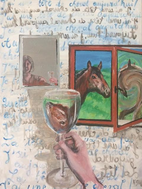 Karine Babel peint une tête de cheval par la fenêtre et dans le reflet d'un verre sur un mode humoristique et surréaliste