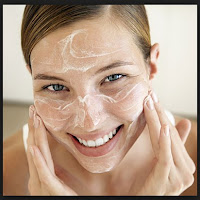 banyak orang yang salah melaksanakan ketika membersihkan wajah 10 Kesalahan Yang Sering Dilakukan Saat Membersihkan Wajah