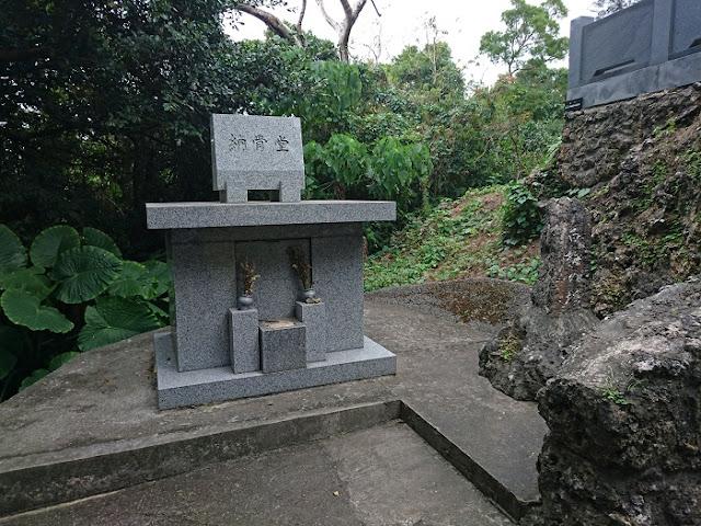 白梅之塔の納骨堂と小さな白梅之塔の写真