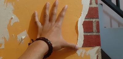 mengupas walpaper dinding