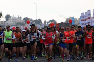 Jovens árabes e judeus correm Maratona de Jerusalém juntos
