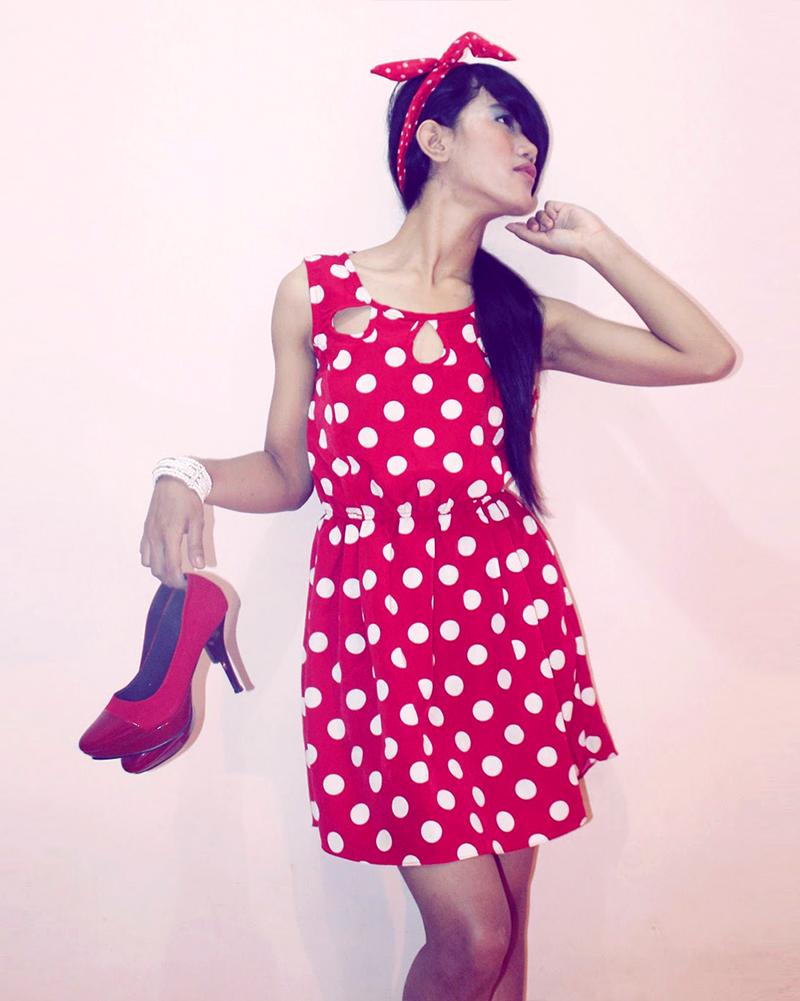 cewek manis pamer gaun merah cantik dan manis polkadot di dalam kamar merah dan manis imut