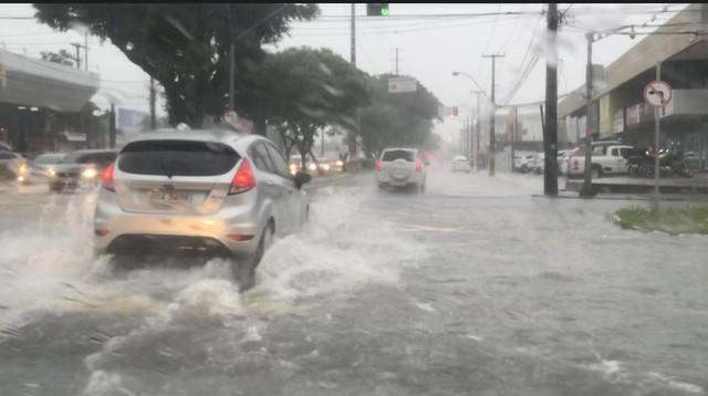 Chuva deixa o trânsito lento em Natal