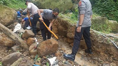 Polres Lebak Evakuasi Material Longsor di Jalan Raya Cipanas