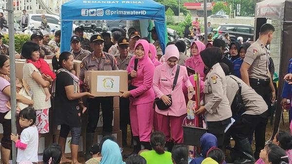 Ketum Bhayangkari Bersama Bhayangkari Lintas Angkatan Berikan Bantuan Pada Korban Banjir