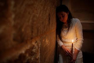 O tânără care ţine o lumânare în timp ce participă la la ceremonia ortodoxă Focul Sfânt de la Biserica Mormântului Sfânt din vechiul oraş al Ierusalimului - aprilie 30, 2016 - fotografie de Amir Cohen - Reuters, preluată din site-ul ChristianPost.com