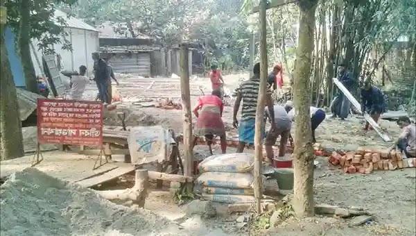 উল্লাপাড়ায় অবৈধ দখলকারীর নির্মান কাজ বন্ধ করলো পুলিশ