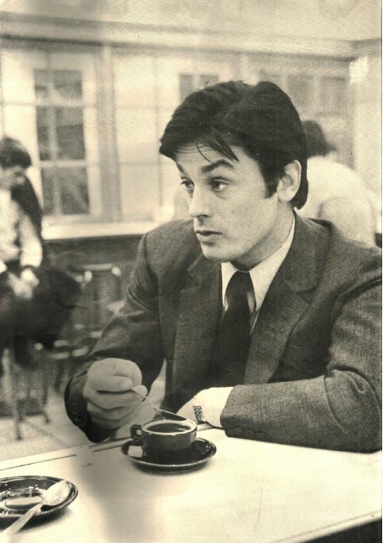Resultado de imagen para alain delon tomando cafe